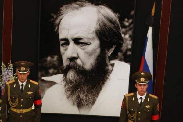 Pada 13 Februari 1974, Uni Soviet mengusir penulis pembangkang Alexander Solzhenitsyn. File Foto oleh Anatoli Zhdanov / UPI