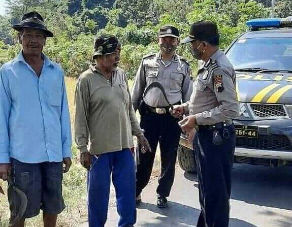 Petani Kena Razia Karena Bawa Arit ke Sawah, Polisi : Awas Melukai Orang Lain..
