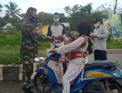 Imbauan Prokes, Babinsa Bagi-bagi Masker Gratis
