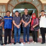Keterangan foto: Walikota Pariaman Genius Umar (ketiga dari kanan) berfoto bersama dengan Ketum PPWI Wilson Lalengke dan kawan-kawan LMP dalam kesempatan silaturahmi di rumah dinas Walikota Pariaman, Rabu